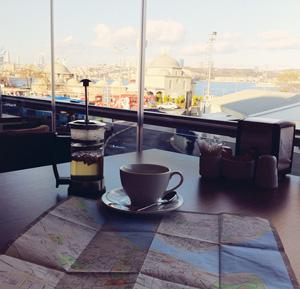 Un té alla mela e sullo sfondo il Bosforo