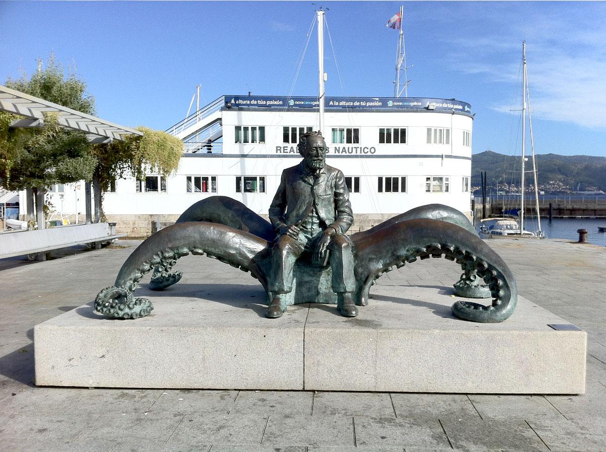 La statua di José Molares dedicata a Jules Verne (2005)