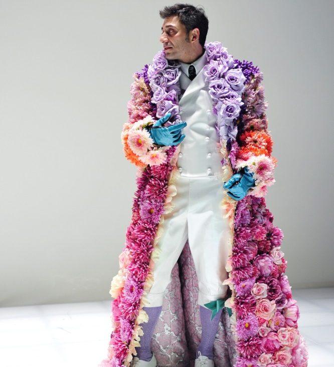 Filippo Timi è Don Giovanni, il cappotto di fiori, come tutti i costumi dello spettacolo, è di Fabio Zambernardi