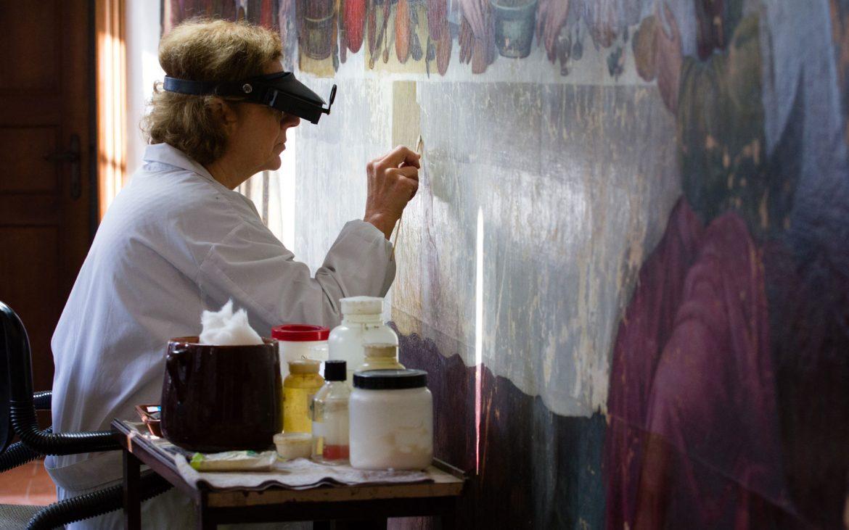 Rossella Lari al lavoro durante il restauro