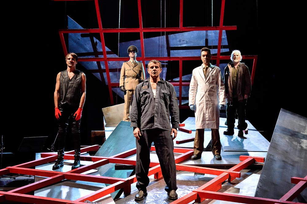 Prigionia di Alekos: tra teatro civile e visione metafisica